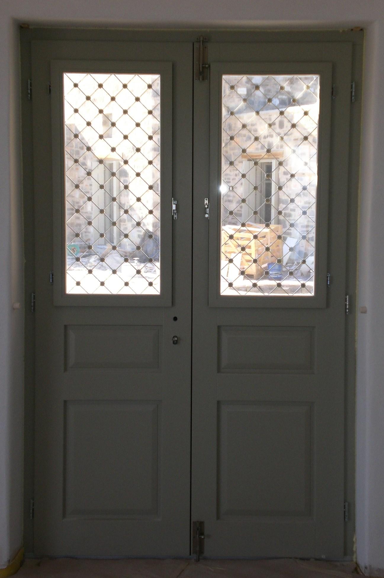 Εξώπορτα δίφυλλη νταμπλαδωτή με παράθυρο και σιδεριά Σύρος