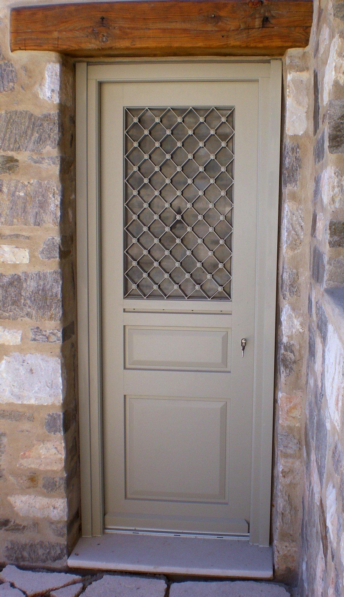 Νταμπλαδωτή εξώπορτα με παράθυρο και σιδεριά Σύρος