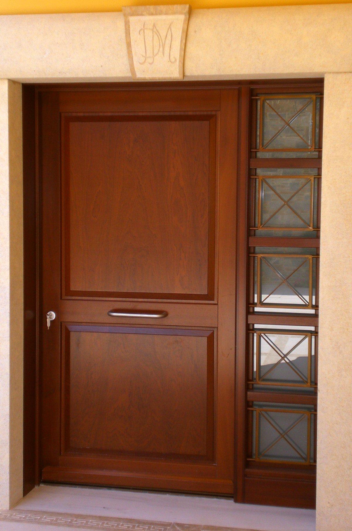 Θ17b Ταμπλαδωτή εξώπορτα με ανοιγόμενο τζαμιλίκι και σιδεριά