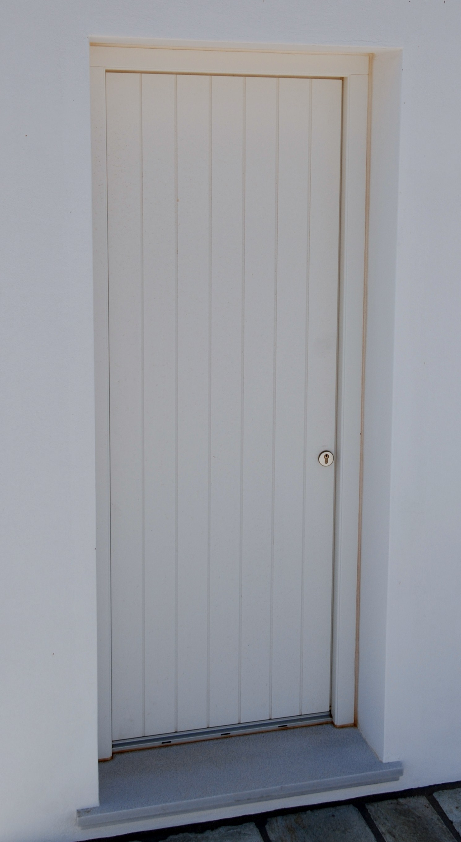 Θ51  Εξώπορτα με κάθετο ραμποτέ