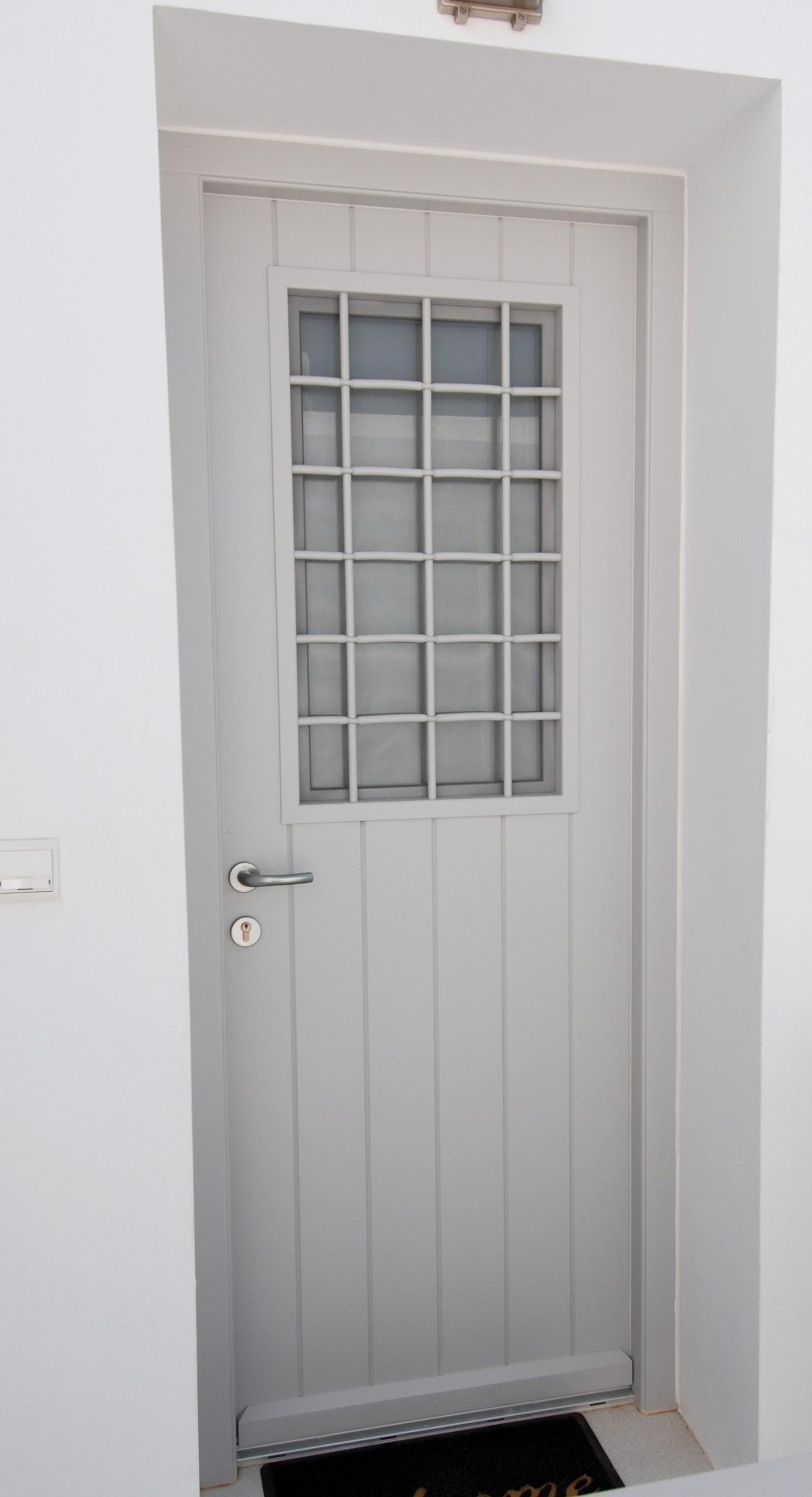 Εξώπορτα ραμποτέ με ανοιγόμενο παράθυρο και σιδεριά καρέ