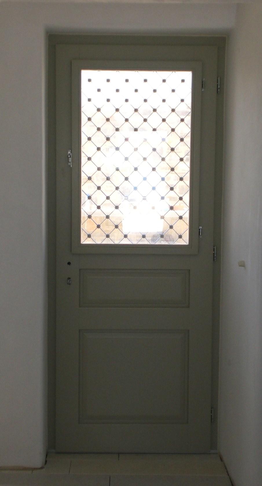 Εξώπορτα νταμπλαδωτή με παράθυρο και σιδεριά Σύρος