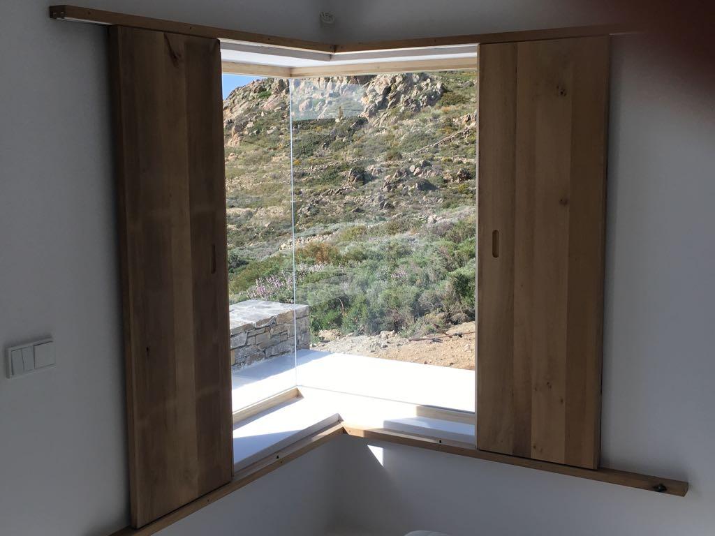 Ξύλινο κούφωμα, γωνιακό σταθερό παράθυρο με καπάκι